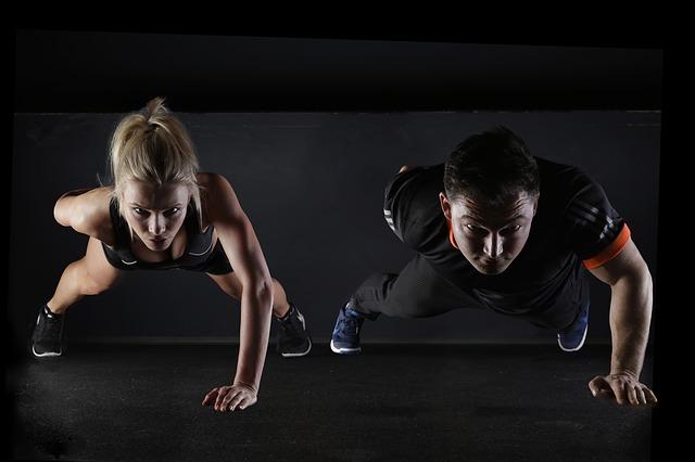Hubnutí ve dvou se lépe táhne - cvičení v páru