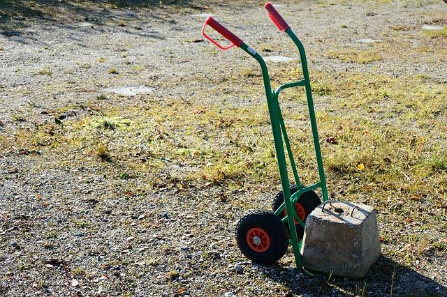Bez vozíků to ve skladu nejde. Investujte také do manipulační techniky