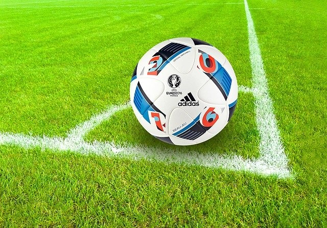 Obrázok, na ktorom je trávnik, vonkajšie, futbal, pole  Automaticky generovaný popis