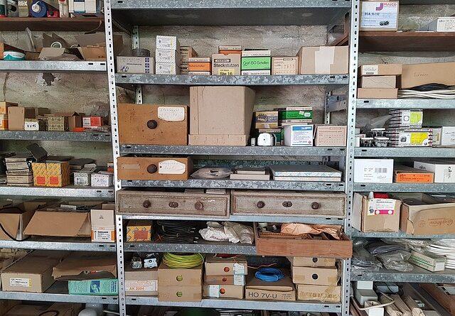 Sklepy, dílny i garáže, místa kde jsou regály často potřeba